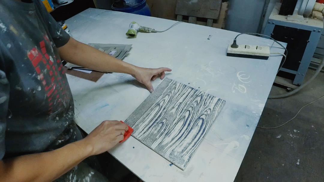 proses stencil hiasan dinding